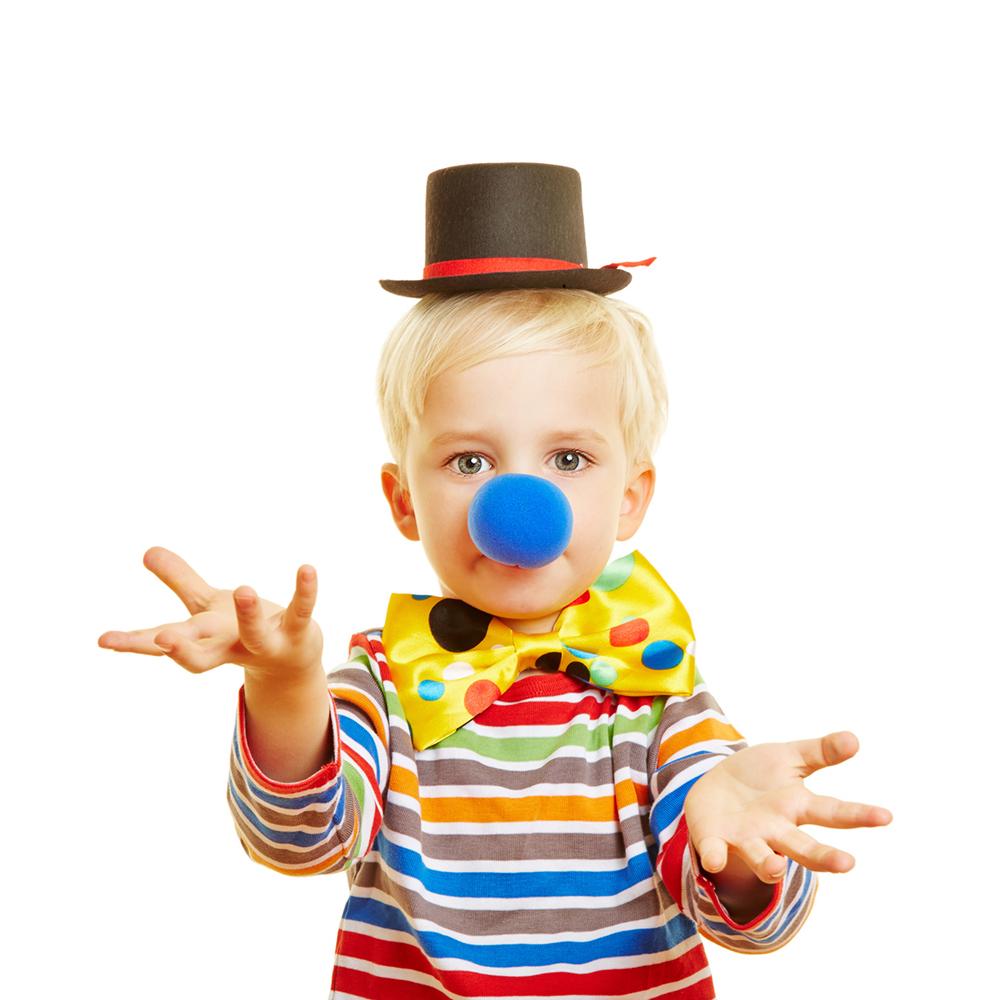 Kind als Clown führt einen Sketch mit den Händen auf