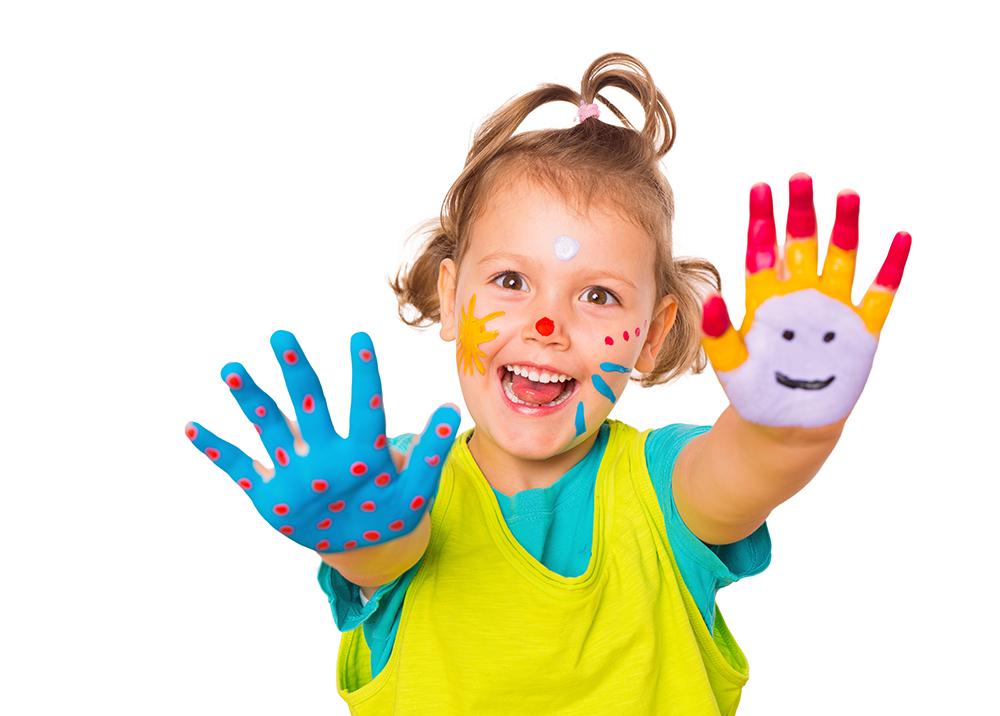 ses Mdchen mit Fingermalfarben an Hnden